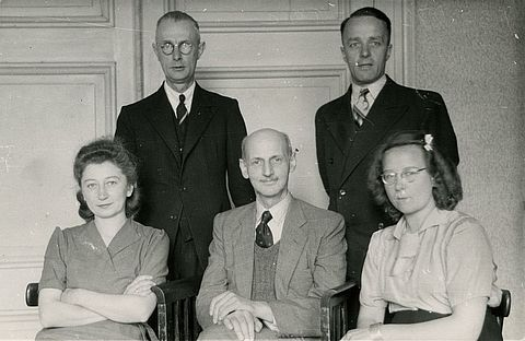 Otto with the helpers, October 1945, photograph. From left to right: Miep, Johannes, Otto, Victor and Bep © Photo collection of the Anne Frank House Amsterdam