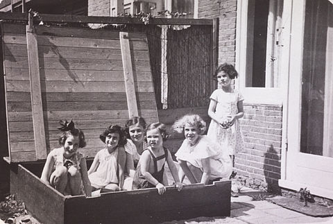 Anne in the sandbox with her friends © Photo collection of the Anne Frank House Amsterdam